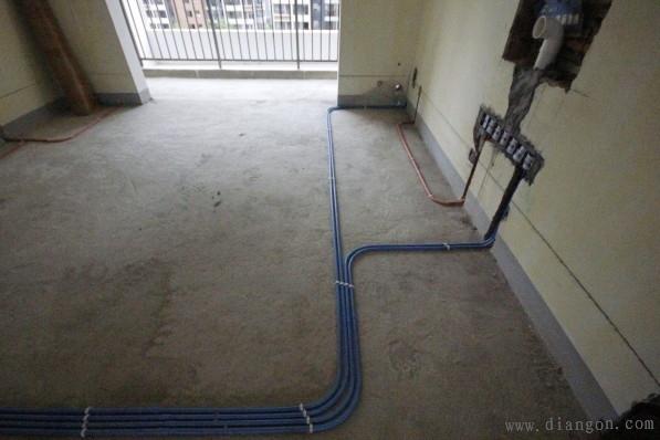布线的原则 横平竖直。使用专用中财PVC阻燃型电线管,线管在线槽中必须固定,线盒与线管相接时应使用锁母,直管每隔80公分使用一个管卡,拐角处每隔20公分使用一个管卡。 电工插座原则 插座在墙的上部,在墙面垂直向上开槽,至墙的顶部安装装饰角线的安装线内,如果是在墙的下部,垂直向下开槽至安装踢脚板的底部,开槽深度应一致,槽线及顶直应先在墙面弹出控制线后,再用切割机切割墙面,用机器开槽 PVC管施工原则 使用中财PVC管,在弯管时用弹簧现弯,不得使用90度弯头及三通(在这一点上目前我们基本没有出现这一类情况),