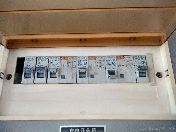 问题描述:家里客厅的电闸经常跳闸。 1.客厅电闸跳闸后,立马合上电闸,总闸会跳; 2.关掉总闸,过一会合上客厅电闸,再合上总闸,不会跳闸,过一段时间后(时间长短不一),客厅电闸又会跳。 3.客厅所有的电器和插线板都拔下来还会跳闸。 4.只有客厅跳闸,其他卧室和餐厅电路正常。 5.