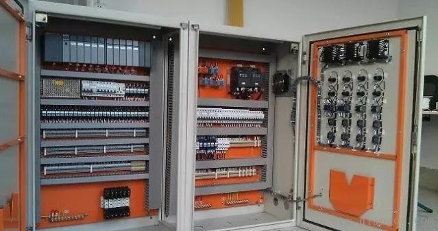 印制电路板组件之间应采用各种类型的标准接插件连接;   (4)电气柜