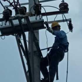 电工一个非常危险行业,为了生存没有办法的选择!