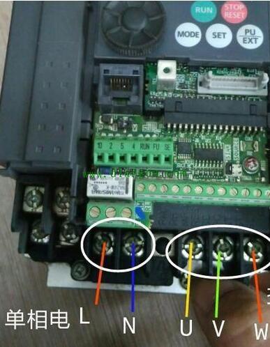变频器能把220V的家用电造成380V工业用电吗?