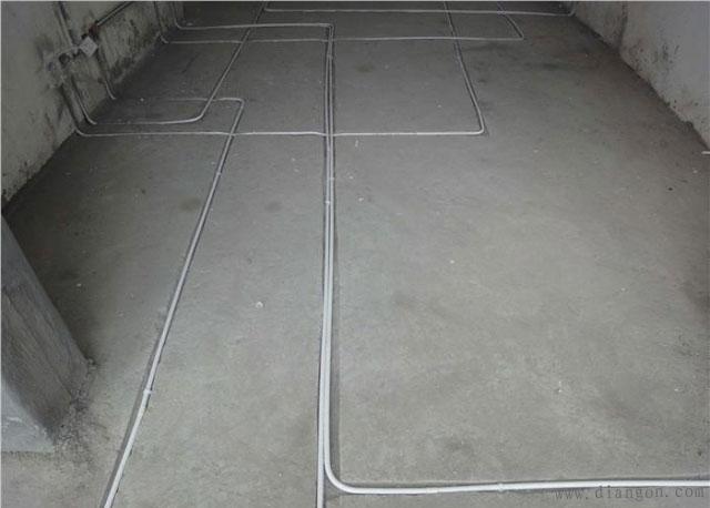 地面预埋线管,注意线槽不要凿的太深了,容易损坏楼板,如果有找平层,线管上口与找平层平就可以了