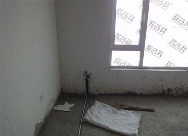 墙上没有线管的插座是隔壁房间接的线