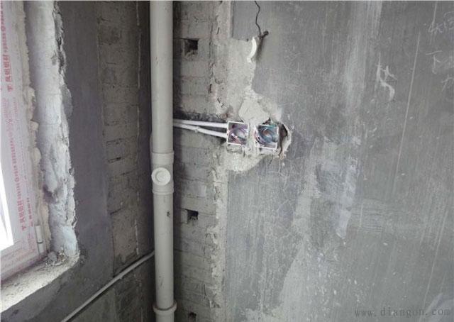 这个插座等排水管包好施工完成后正好在墙角边