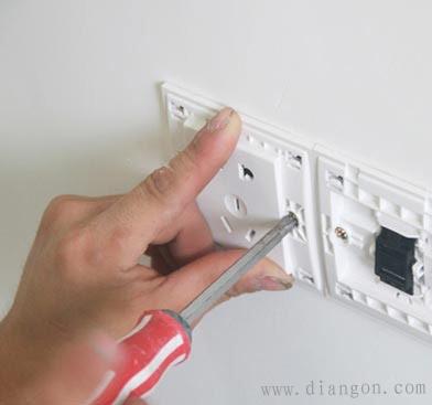 最后将开关或插座贴于塑料台上